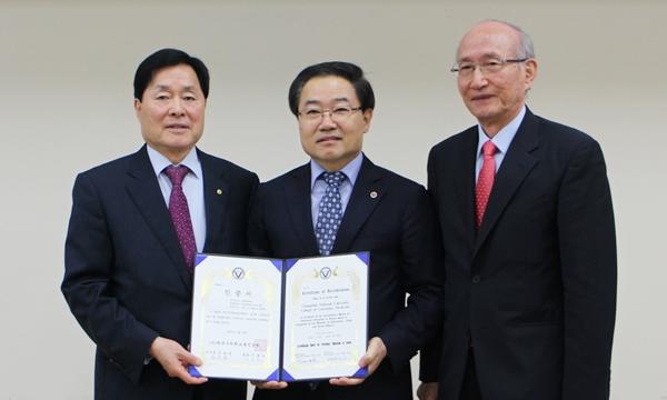 (왼쪽부터) 김옥경 대한수의사회장과 김일화 충북대 수의대 학장 이흥식 한국수의학교육인증원장