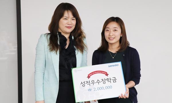 바이엘 아카데미 코스 최우수자로 장학금을 차지한 김지현 수의사(오른쪽)와 정현진 바이엘코리아 동물의약사업부 대표(왼쪽)