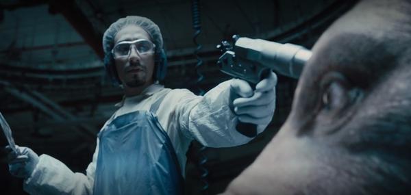 영화 [옥자]에서 유압총에 맞아 기절하는 장면 (사진 : 넷플릭스)