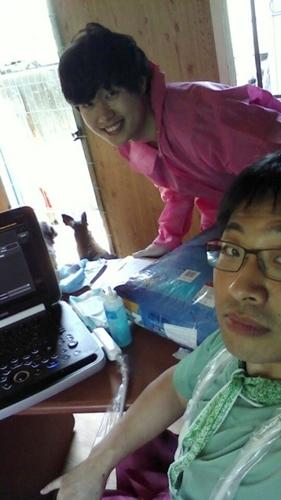 울산 보호소에서 심장사상충 환자를 진료하는 윤원경 원장(앞)과 김예원 수의사(뒤)