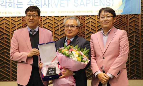 (왼쪽부터) 양돈수의사회 정현규 회장, 한정희 교수, 김명휘 부회장