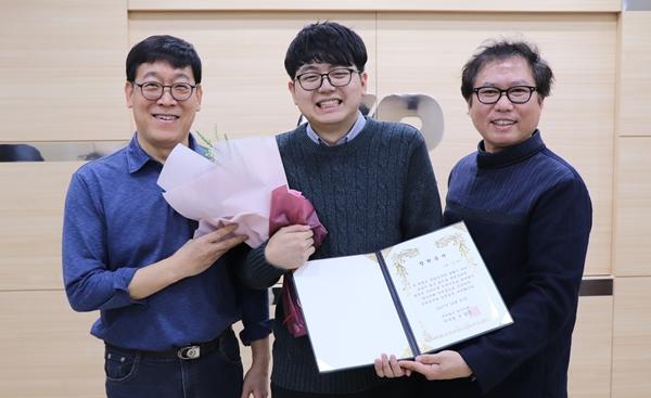 양수미래재단이 수의과대학에 재학 중인 故 김진선 원장의 장남(가운데)에게 장학증서를 수여했다