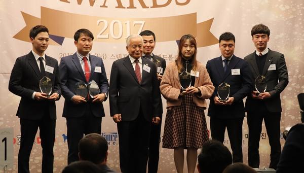 2017 KKF 올해의 인물들과 박상우 애견연맹총재(왼쪽 세번째)