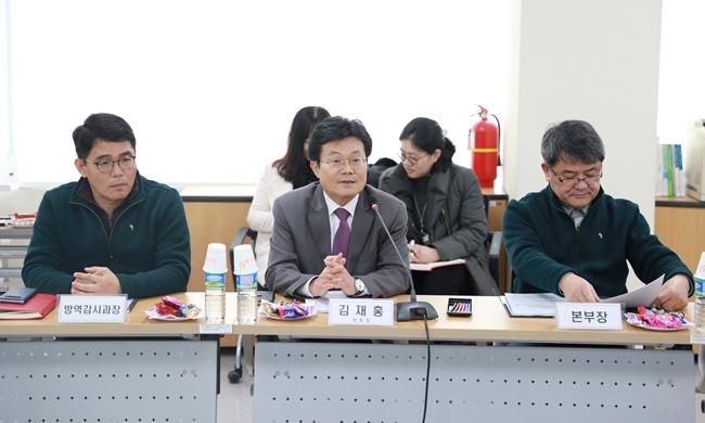 (오른쪽부터) 박봉균 검역본부장, 김재홍 역조위 AI분과위원장, 조옥현 검본 방역감시과장