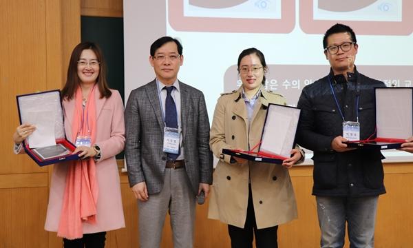 수의안과연구회 지동범 회장(왼쪽 두번째)이 (왼쪽부터) 강선미, 김주리, 박영우 수의사에게  수의안과연구회 인증의 자격증을 수여했다.