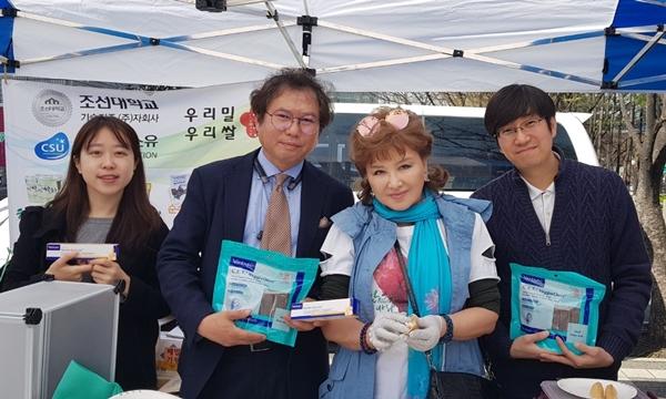 (가운데 왼쪽부터) 신창섭 버박코리아 대표와 가수 장미화