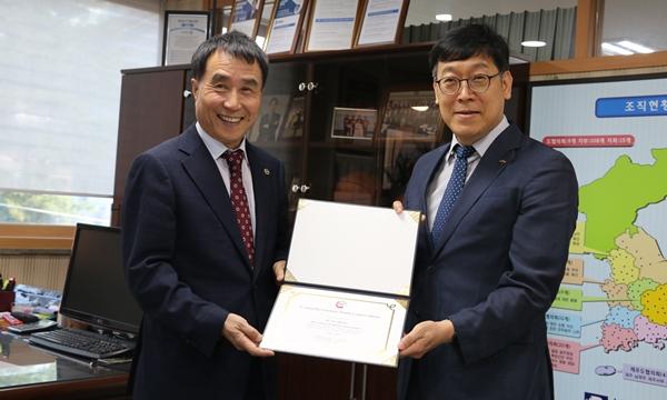 (왼쪽부터)APVS 2019 협력에 합의한 하태식 한돈협회장과 정현규 조직위원장
