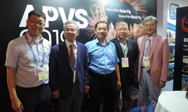 (왼쪽부터) 정현규 조직위원장, 이원형 양돈수의사회 명예단장, Hanchun Yang IPVS 2018 대회장, Chuang Ma IPVS 2018 사무총장, 류영수 조직위 학술위원장