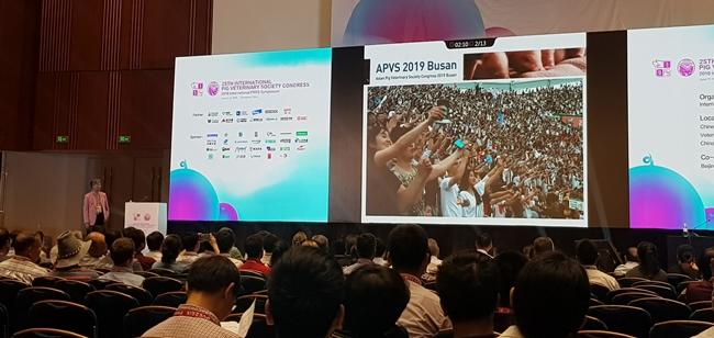 류영수 학술위원장이 14일 IPVS 2018 폐막식에서 APVS 2019를 소개하는 기조발언에 나섰다
