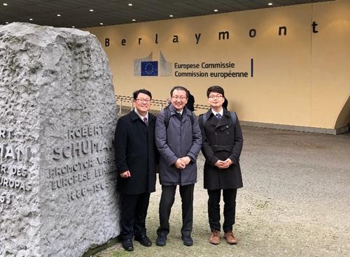 유럽연합 집행위원회 청사 앞에서