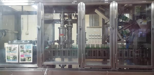 우유공장 내부의 우유 패킹 자동기계