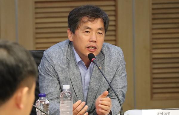 경북 의성에서 소를 기르는 김현권 의원은 이날 소결핵병으로 살처분 농가가 될 위기에 처했던 경험을 소개하기도 했다.