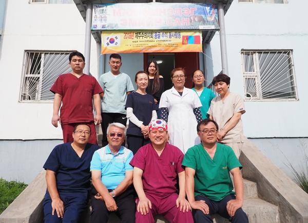 5년째 몽골을 찾은 제주도수의사회 봉사단.  (맨 앞줄 오른쪽부터) 양은범 제주도수의사회장과 김재영 한국고양이수의사회장