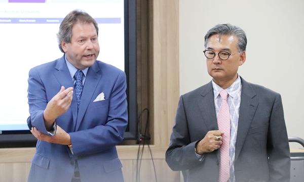 류영수 건국대 교수(오른쪽)와 위르겐 리히트 미국 캔자스주립대 교수(왼쪽)