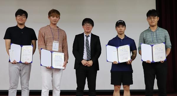 대한수의사회장 표창을 전달한 사무처 윤성근 수의사(가운데)와 (왼쪽부터) 김인기, 전민수, 류정녹, 한윤재 수상자