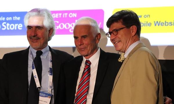 2018 WSAVA 글로벌 원헬스 어워드를 수상한  브라이슈워츠 교수(가운데)와 우즈 교수(오른쪽)