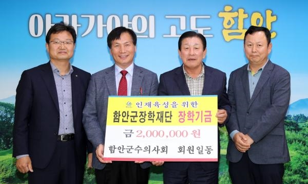 (왼쪽부터) 함안군수의사회 전형배 총무, 김동래 회장, 조근제 함안군수, 박성환 부회장