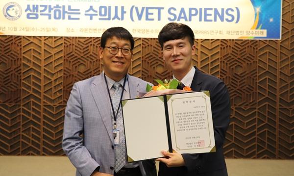 (왼쪽부터) 정현규 이사장과 김승채 장학생