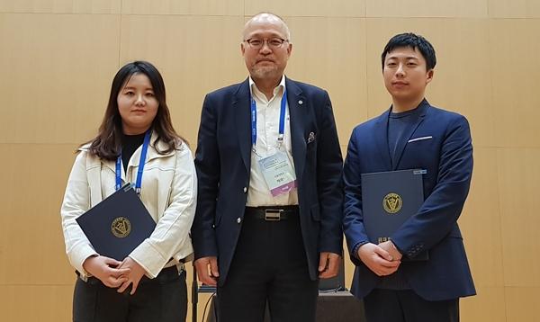(왼쪽부터) 박지영 연구원, 박재학 대한수의학회 이사장, 정예찬 연구원