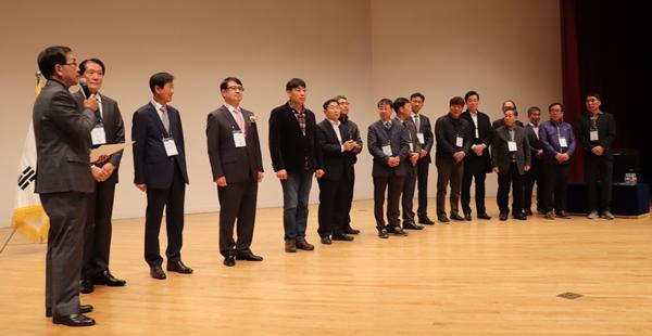 소임상수의사회 집행부를 소개하는 임영철 회장(가장 왼쪽)