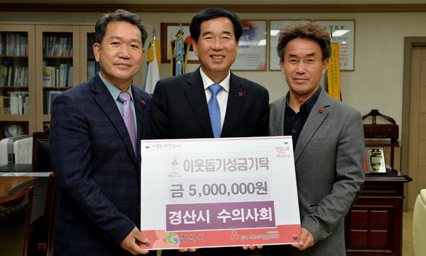 (왼쪽부터) 박병용 경산시수의사회장, 최영조 경산시장 (사진 : 경산시청)