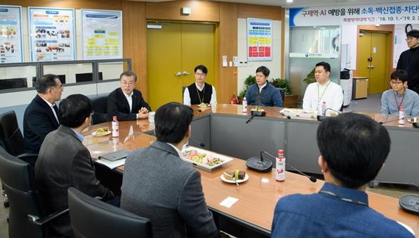 18일 농식품부 방역상황실을 직접 방문한 문재인 대통령 (사진 : 청와대)