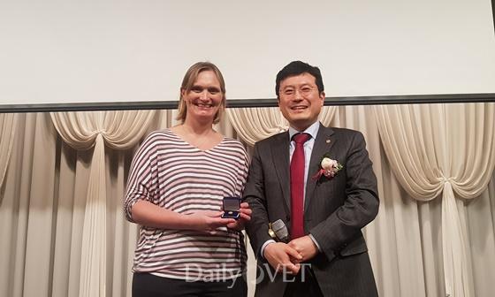 (왼쪽부터) 캐서린 브리스코 수의사와 최영민 서울시수의사회장