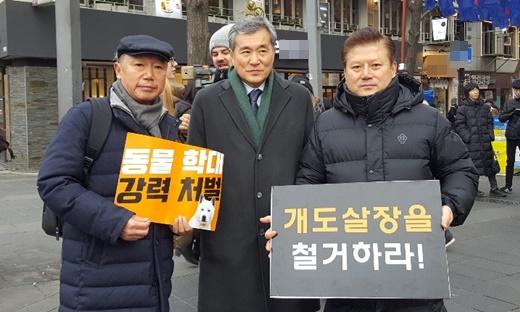 왼쪽부터 이성식 경기도수의사회장, 이상돈 의원, 김재영 고양이수의사회장