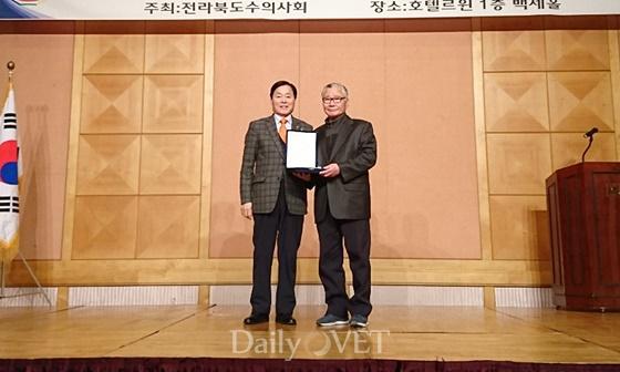 왼쪽부터) 김옥경 대한수의사회장, 박열해 회원