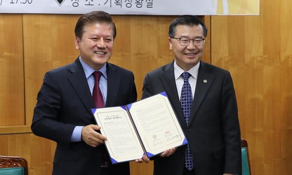 (왼쪽부터) 김재영 고양이수의사회장과 류경기 중랑구청장