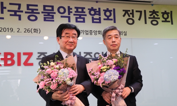 (왼쪽부터) 한국동물약품협회 곽형근 회장, 정병곤 상근부회장