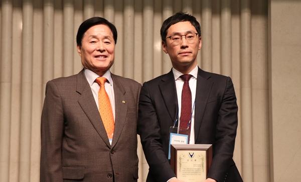 20년 근속으로 공로패를 수상한 중앙회 사무처 오근호 팀장(오른쪽)
