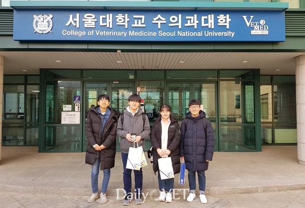 왼쪽부터 홍우형, 박성윤, 장성현, 강지현 학생