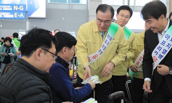 이개호 농식품부 장관이 7일 인천공항에서 국경 검역 홍보에 나섰다 (사진 : 농림축산식품부)