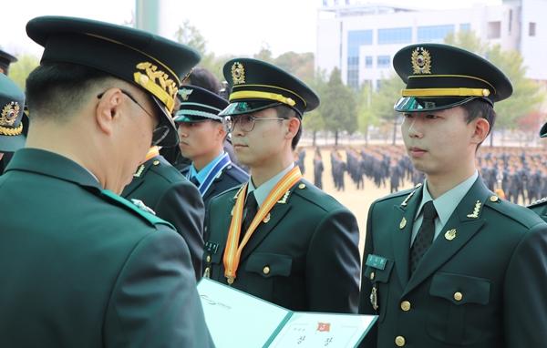 국군의무사령관상을 수상한 김두환 수의사(오른쪽)