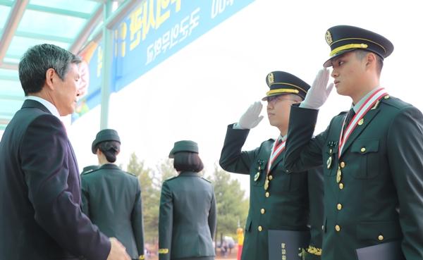 국방부장관상을 수상한 신범규 수의사(오른쪽 첫번째)