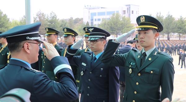 국군의무학교장상을 수상한 신세한 수의사(오른쪽 첫번째)