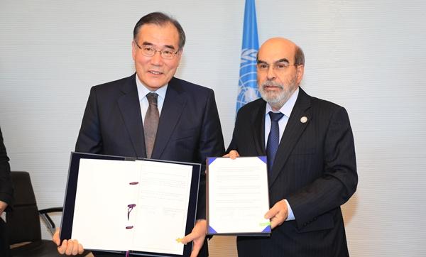 지난 3월 FAO 한국 협력연락사무소 마련에 합의한 이개호 농식품부 장관(왼쪽)과 호세 그라치아노 FAO 사무총장(오른쪽)