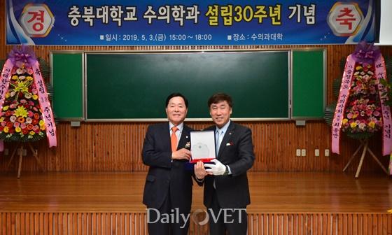 왼쪽부터) 김옥경 대한수의사회장과 최경철 충북대 수의대 학장
