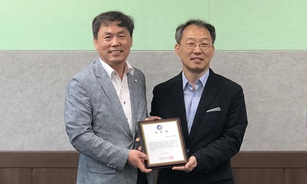 (왼쪽부터) 김현권 국회의원, 김현섭 양돈수의사회장