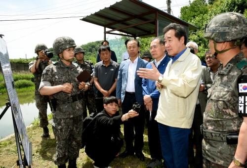 군 ASF 대응지침을 점검하는 이낙연 총리 (사진 : 국무조정실)