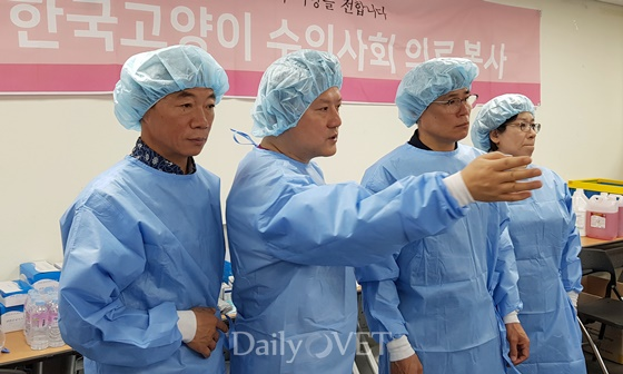 이병우 구의원, 이선경 과장 등 관계자에게 설명 중인 김재영 KSFM 회장(사진 왼쪽 두번째)