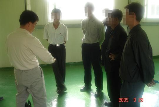 양돈장 북측 직원들과 면담 중인 김준영 수의사(사진 왼쪽)