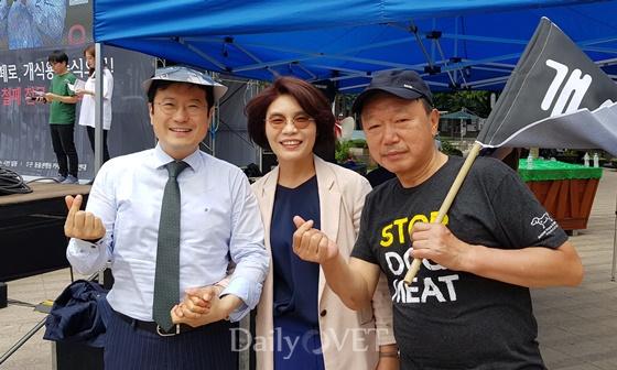 (왼쪽부터) 최영민 서울시수의사회장, 한정애 의원, 이성식 경기도수의사회장
