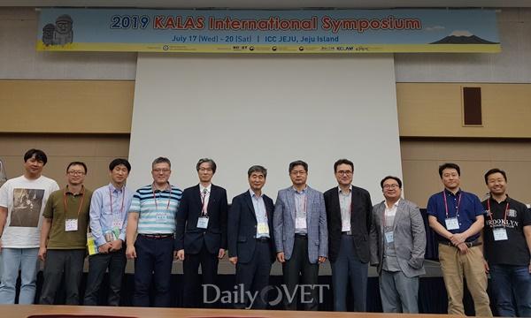 한국실험동물수의사회(KCLAM) 세션 후 단체사진
