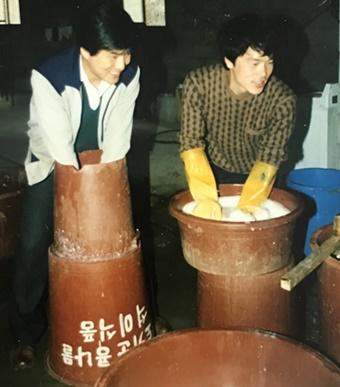 자유농업중앙회 활동 당시 유기농 손두부를 만들던 김준영 수의사(사진 우측)