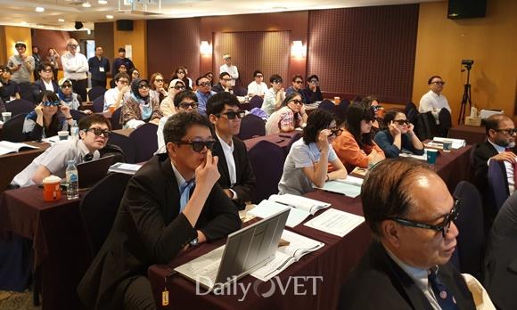 참가자들이 3D 안경을 쓰고 3D 수의해부 교육 영상을 시청하는 모습