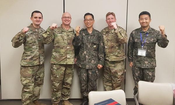 스티븐 그레니어 대령(왼쪽 두 번째)과 송상헌 대령(가운데)