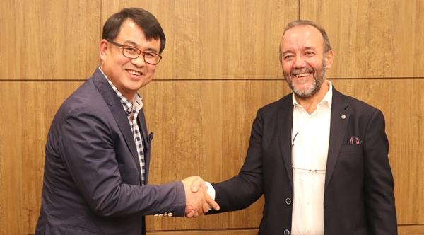 (왼쪽부터) 이규로 한국우병학회장과 후안 마르틴 세계우병학회 집행위원