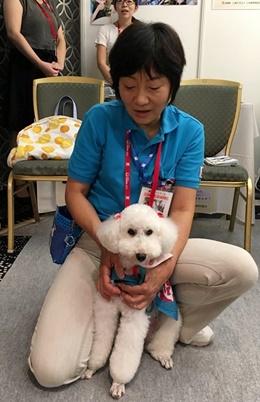 그림 2 행사 부스에 참가한 일본 반려동물 봉사단체. 잘 교육받은 반려견들이 의료기관이나 요양원을 방문해 의료봉사를 하고 있다. 수의사와 반려동물 보호자들의 적극적인 사회공헌 활동은 반려동물과 관련된 사회적 갈등을 완화하는 데 도움이 될 수 있다.